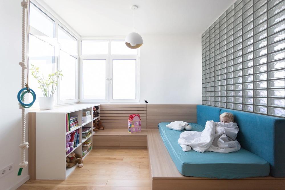 Cum poţi folosi cărămizi de sticlă în amenajare: crearea a două dormitoare dintr-o singură cameră