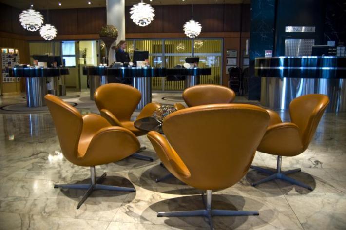 scaun-in-stil-scandinav-swan-chair