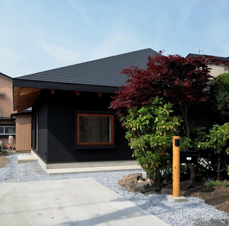 O casă de 96 mp cu exterior pitoresc şi interior modern, care găzduieşte şi biroul proprietarilor