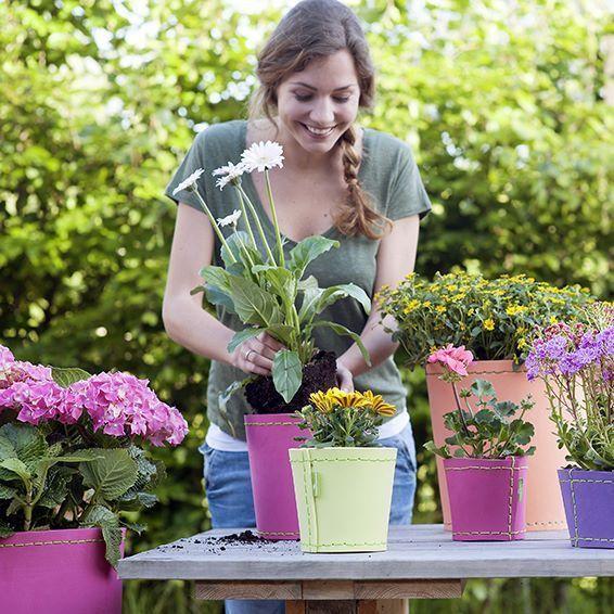 Ghivece şi jardiniere colorate, rezistente şi uşoare, din spumă poliuretanică