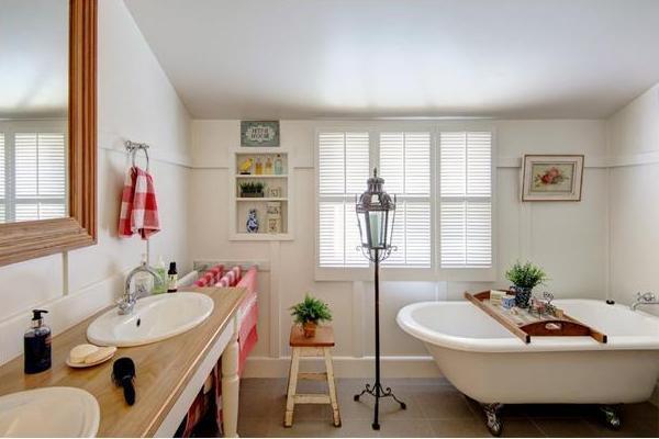3 stiluri diferite pentru a-ți decora baia