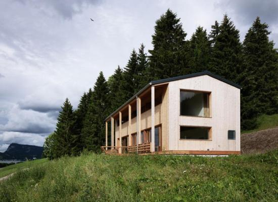 Casă de lemn pe structură de beton, cu vedere spre lac, pentru o familie cu un copil