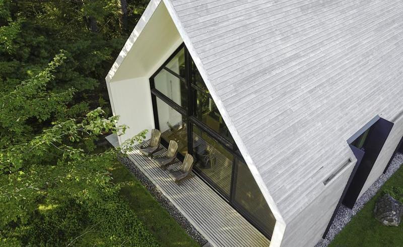 Arta de a trăi: o casă de vacanță din lemn, liniștită ca și lacul lângă care se află