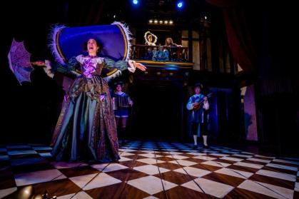 Nell Gwynn (Alison Luff) with Louise de Keroualle (Regina Aquino), King Charles II (R. J. Foster) and Musicians (Zoe Speas, Kevin Collins). Nell Gwynn. Folger Theatre, 2019. Photo: Brittany Diliberto.