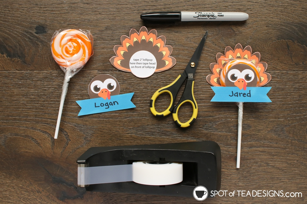 Thanksgiving Turkey Lollipop Place Card Printable - great for the kids table for Thanksgiving | spotofteadesigns.com