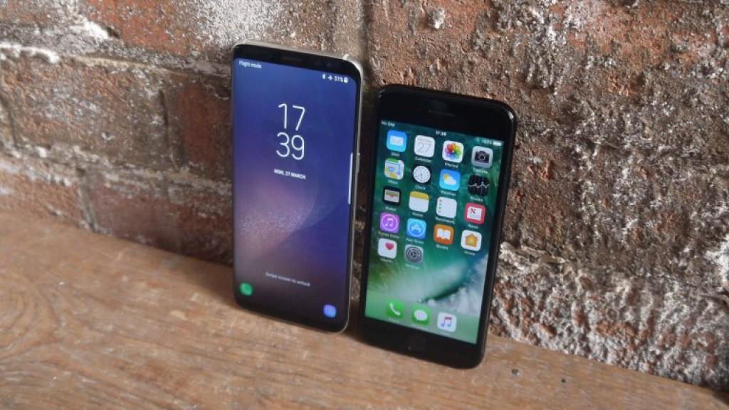 f975f9573b5 Samsung Galaxy S8 eeliste hulgas on kõver ekraaniga paneel, iPhone 7 toetub  aga lameekraanile. S8 ekraan on väga sarnane Galaxy S7 Edge'iga, kuid see  pole ...
