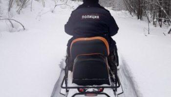 Супругам-отшельникам из-за снежных заносов в тайге грозил голод. Полицейский с продуктами искал их 4 часа