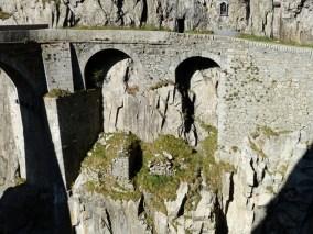 Die Fundamente der alten Teufelsbrücke stehen noch, wie man hier sehen kann.