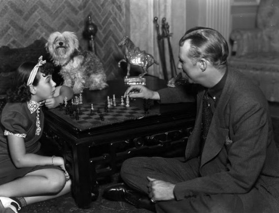 jane-withers-and-bodyguard-jack-trent-play-chess-on-the-set-of-45-fathers-dog