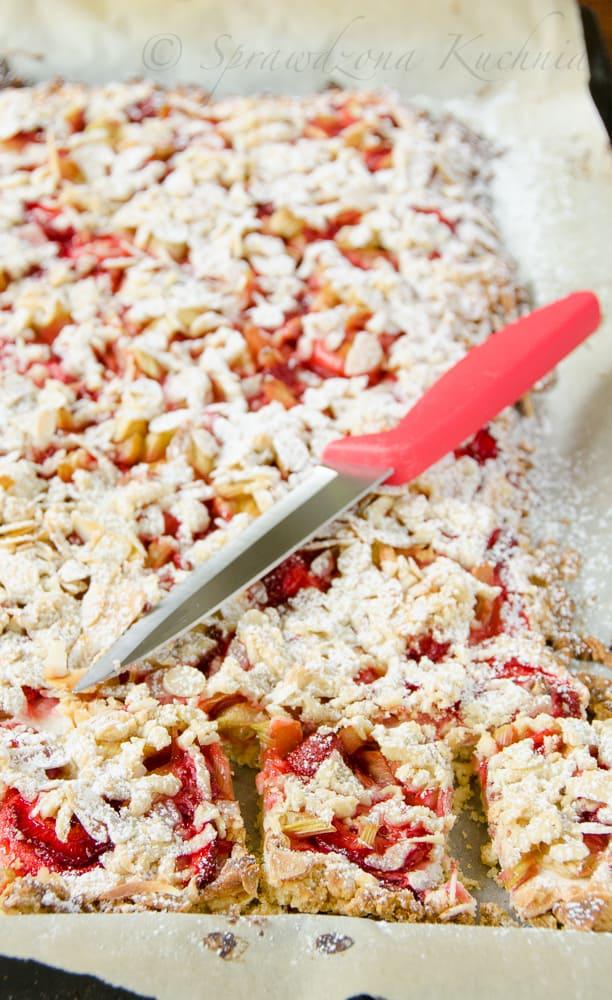 Kruche ciasto z truskawkami i rabarbarem - bezglutenowe