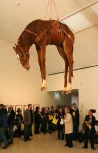 Uzbuđeni posjetitelji kontepliraju nad pitanjem svih pitanja koje im je genijalnom instalacijom postavio