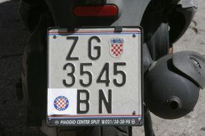 Hajdukove naljepnice puno su sigurniji način zaštite automobila zagrebačkih tablica od bilo kojeg alarma.