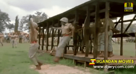 Jedna od fascinancnijih scena priloženog dokumentarca je kada vojnici pred predsjednikom vježbaju skakanje iz padobrana skačući iz drvene kučice visoke tridesetak centimetara.