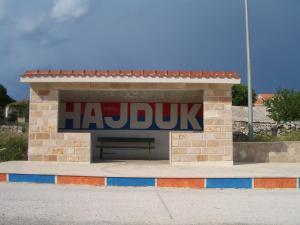 Srećom, nakon duge potrage Ivan je pronašao mjesto na kojem nije bilo grafita posvećenog Hajduku te sada, zahvaljujući njemu, starci i djeca koji čekaju autobus neće zaboraviti za koga navijaju