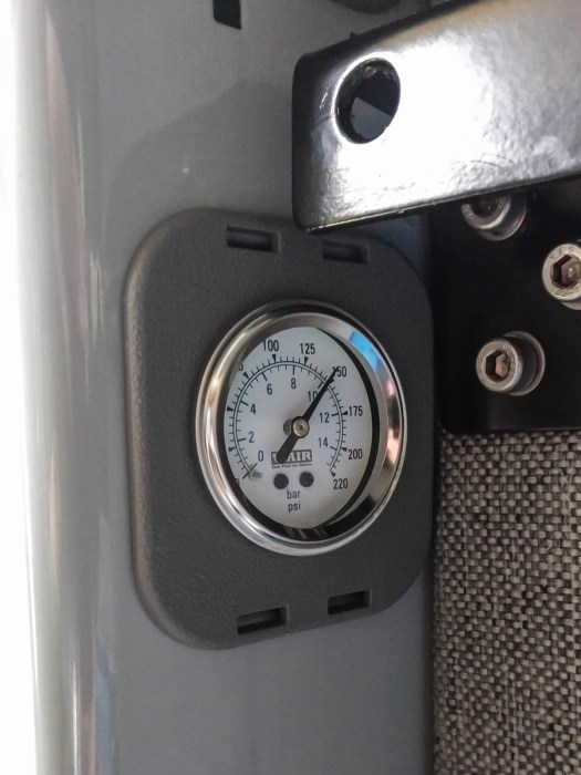 Air tank pressure gauge in D-pillar plastic cover