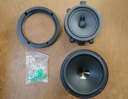 The original Mercedes speaker (top right), the replacement (bottom right), the trim ring (top left) and the spare green clips Hein sends with the ring!