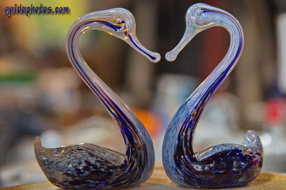 Glasschwäne bilden Herz