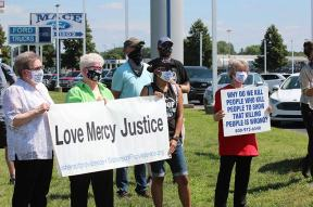 (From left) Sisters Paula Damiano, Jan Craven, Jessica Vitente and Jeanne Hagelskamp with others at a peaceful protest/vigil prior to the federal execution of Dustin Lee Honken.
