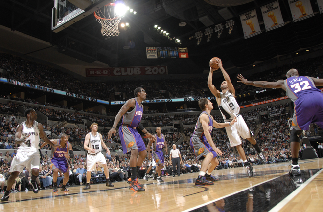 Mesmo desequilibrado, Tony Parker tenta o arremesso diante de Steve Nash (Photo by D. Clarke Evans/NBAE via Getty Images)