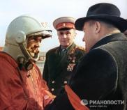 Tras escuchar las últimas recomendaciones del diseñador jefe Serguei Koroliov, Gagarin subió en un ascensor hacia la nave espacial situada encima del cohete propulsor Vostok, de casi 39 metros de altura. © RIA Novosti. A. Sverdlov.