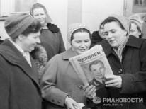 En la foto Valentina Gagarina leyendo las noticias sobre su esposo.© RIA Novosti. I.Snegirev