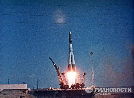 """A las 9.07 a.m. se dio la orden de encender los motores y el propulsor Vostok, de 287 toneladas, despegó del cosmódromo de Baikonur. Fue entonces cuando Gagarin pronunció su famosa palabra """"¡Poyéjali!"""" (""""¡Nos fuímos!""""). Algunos momentos después hizo un primer comentario desde el espacio: """"Veo la Tierra. ¡Qué hermosa es!"""" © RIA Novosti."""