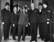 14 de julio 1961: el cosmonauta soviético, Mayor Yuri Gagarin (centro, izquierda), y el primer ministro británico Sir Harold Macmillan, 1er Conde de Stockton, en las escalinatas de la Casa del Almirantazgo en Londres. Gagarin se convirtió en el primer hombre en viajar al espacio en 1961. (Photo by Hulton Archive / Getty Images)