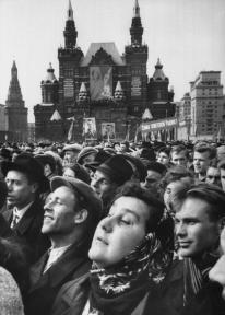 14 de abril de 1961. Los fanáticos en la Plaza Roja durante la celebración en honor al cosmonauta Yuri Gagarin. (Foto por James Whitmore / / Time Life Pictures / Getty Images)