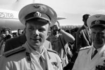 El cosmonauta soviético Yuri Alexeyevich Gagarin llega al aeropuerto de La Habana en visita oficial, el 24 de julio de 1961. (Photo by Alan Oxley / Getty Images)