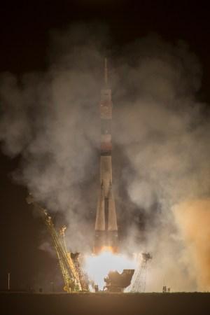 El cohete con la nave Soyuz TMA-10M es lanzado desde el cosmódromo de Baikonur en Kazakstán el Jueves, 26 de septiembre 2013, llevando a la Expedición 37 con Oleg Kotov (ROSCOSMOS), el comandante de la Soyuz, el ingeniero de vuelo 1 Sergei Ryazansky (ROSCOSMOS) y el ingeniero de vuelo 2 Michael Hopkins (NASA) a la Estación Espacial Internacional. Su cohete Soyuz es lanzado a las 2:58 am hora local. Crédito de la imagen: (NASA / Carla Cioffi)