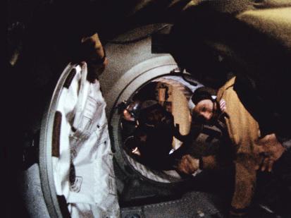 Histórico encuentro y caluroso saludo entre los EE.UU. y la URSS en el espacio. Alexéi Lenov (al fondo) y Thomas Stafford. Foto: Nasa.