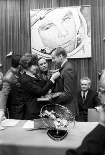 Valentina Tereshkova, primera mujer en el espacio y Neil Armstrong, primer hombre en la luna, Ciudad de Las Estrellas, Moscú, 1 de junio de 1970.