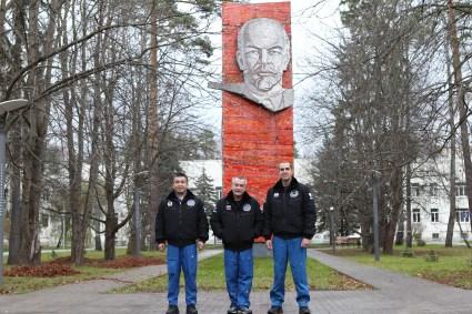 Con la efigie de Vladimir Lenin como telón de fondo, los miembros de la Expedición 38/39 posan para fotos el día 26 de octubre en el Centro de Entrenamiento de Cosmonautas Gagarin en la Ciudad de Las Estrellas, cerca de Moscú, Rusia. De izquierda a derecha: El ingeniero de Vuelo Koichi Wakata de la Agencia de Exploración Aeroespacial de Japón, el comandante de la Soyuz Mikhail Tyurin de ROSCOSMOS y el ingeniero de vuelo Rick Mastracchio de la NASA. Después de la sesión de fotos, los miembros de la tripulación volaron hacia el cosmódromo de Baikonur en Kazajstán para los preparativos finales de su lanzamiento el 07 de noviembre, hora de Kazajstán, en la nave espacial Soyuz TMA-11M y así comenzar una misión de seis meses en la Estación Espacial Internacional.NASA / Stephanie Stoll