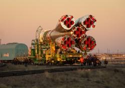 La el cohete de la Soyuz TMA-11M es llevado a la plataforma de lanzamiento en tren, el Martes, 05 de noviembre 2013, en el Cosmódromo de Baikonur en Kazajstán. Lanzamiento del cohete Soyuz está prevista para el 7 de noviembre y enviará Expedición 38 formada Comandante de la Soyuz Mikhail Tyurin de Roscosmos, el ingeniero de vuelo Rick Mastracchio de la NASA y el Ingeniero de Vuelo Koichi Wakata de la Agencia de Exploración Aeroespacial de Japón en una misión de seis meses a bordo de la Estación Espacial Internacional. Crédito de la imagen: (NASA / Bill Ingalls)