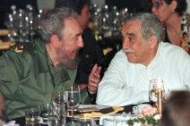 """""""Sincero y leal amigo"""" de los líderes revolucionarios en América Latina llamó a Márquez el presidente de Venezuela, Nicolás Maduro. De acuerdo con el líder venezolano, Márquez """"perteneció a la generación que fundó el periodismo creativo, inseparablemente unido a los derechos de la gente a ser feliz."""" """"Gabo dejó su huella espiritual en una nueva era de nuestra América Cien años de amor a su espíritu eterno,"""" - dijo Maduro. Foto: El presidente cubano, Fidel Castro, con el Premio Nobel de Literatura colombiano Gabriel García Márquez en el año 2000."""