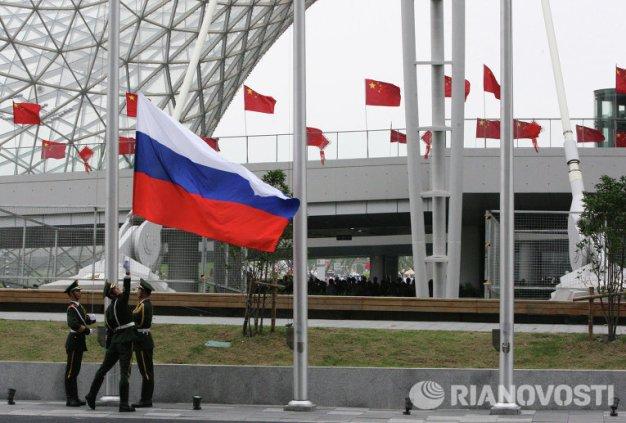 """Levantando la bandera de Rusia en la ceremonia de apertura del Día de Rusia en el Exposición Mundial """"Expo-2010"""" en Shanghái, China. Foto: © RIA Novosti. Michael Klimentev."""