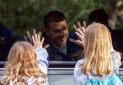 Las hijas de Reid Wiseman acompañaron en Baikonur al astronauta. Foto: Shamil Zhumatov/REUTERS.