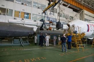 El cohete Soyuz-FG y la nave espacial Soyuz TMA-13M son ensamblados en el Edificio 112 en el cosmódromo de Baikonur, el Domingo, 25 de mayo 2014 en Baikonur, Kazajistán. Crédito de la imagen: (NASA / Victor Zelentsov).