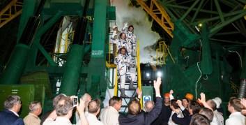 Expedición 40: El comandante de la Soyuz Maxim Suraev (abajo) de la Agencia Espacial Federal Rusa (Roscosmos), el ingeniero de vuelo Reid Wiseman (centro) de la NASA, y el Ingeniero de Vuelo Alexander Gerst de la ESA, de la Agencia Espacial Europea antes de embarcarse en el cohete Soyuz TMA-13M para el lanzamiento el 28 de mayo de 2014 en elcosmódromo de Baikonur en Kazajstán. Suraev, Gerst y Wiseman pasarán los próximos seis meses a bordo de la Estación Espacial Internacional. Crédito de la imagen: NASA / Joel Kowsky.