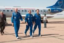 Caminando fuera de la aeronave que los llevó a la Cosmódromo de Baikonur en Kazajstán a la formación previa al lanzamiento final, la Expedición 40/41 formada por el Ingeniero de vuelo Alexander Gerst de la Agencia Espacial Europea (izquierda), el comandante de la Soyuz Maxim Suraev de la Agencia Espacial Federal Rusa, Roscosmos (centro) y el ingeniero de vuelo de la NASA Reid Wiseman, se preparan para recibir a los funcionarios espaciales rusos en Baikonur el 15 de mayo. Detrás de ellos está el ex cosmonauta Valery Korzun, ahora jefe adjunto del Centro de Entrenamiento de Cosmonautas Gagarin en la Ciudad de Las Estrellas, Rusia. Crédito de la imagen: NASA / Victor Zelentsov.