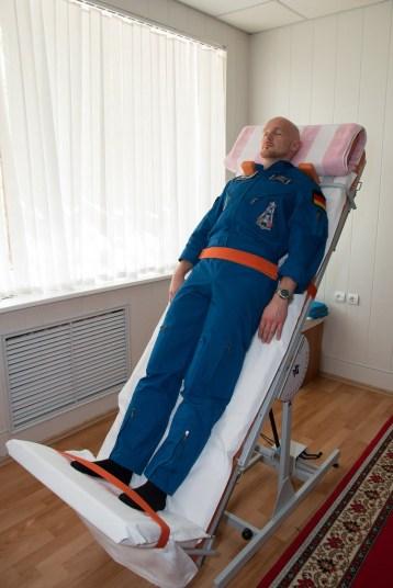 En los cuartos de la tripulación del Hotelel del Cosmonauta en Baikonur, Kazajstán, el Ingeniero de Vuelo Alexander Gerst de la Agencia Espacial Europea da un giro sobre una mesa inclinada el 21 de mayo para poner a prueba su sistema vestibular durante las pruebas médicas previas al lanzamiento. Crédito de la imagen: NASA / Victor Zelentsov.