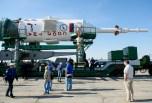 El cohete Soyuz-FG portador de la nave espacial Soyuz TMA-13M es colocado en la plataforma de lanzamiento en tren el Lunes, 26 de mayo 2014, en el Cosmódromo de Baikonur en Kazajstán. Crédito de la imagen: (NASA / Joel Kowsky).