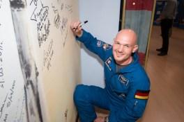 El ingeniero de vuelo Alexander Gerst de la Agencia Espacial Europea coloca su firma en un mural que lleva la imagen de un cohete Soyuz en el interior del Museo de Korolev en el Cosmódromo de Baikonur, en Kazajstán, 24 de mayo durante las ceremonias tradicionales previas al lanzamiento. Crédito: NASA / Victor Zelentsov.