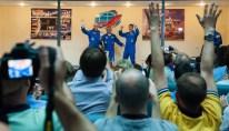 Expedición 40: el ingeniero de vuelo Alexander Gerst de la Agencia Espacial Europea, ESA, a la izquierda, el comandante de la Soyuz Maxim Suraev de la Agencia Espacial Federal Rusa, Roscosmos, al centro y el Ingeniero de Vuelo Reid Wiseman de la NASA, a la derecha, saludan a los periodistas reunidos en la conferencia de prensa final, martes, 27 de mayo 2014, en el Hotel del Cosmonauta en Baikonur, Kazajistán. La misión a la Estación Espacial Internacional está lista para ser lanzada el 29 de mayo desde el cosmódromo de Baikonur. Crédito de la imagen: (NASA / Joel Kowsky).