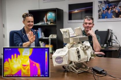 JSC2014-E-049369 (16 de abril de 2014) --- Elena Serova y Alexander Samokutyaev de la Agencia Espacial Federal de Rusia (Roscosmos) dirigen su atención a los equipos de cámara infrarroja, que Serova pone a prueba durante una sesión de entrenamiento en la Oficina de Astronautas en el Centro Espacial Johnson. La cámara se va a utilizar en los paseos espaciales en la EEI. Crédito de la imagen: NASA.