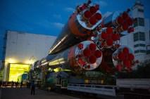 201409230012hq (23 de septiembre de 2014) --- La nave espacial Soyuz TMA-14M es trasladada a la plataforma de lanzamiento en tren el 23 de septiembre de 2014 el cosmódromo de Baikonur en Kazajstán. Crédito de la imagen: NASA/Aubrey Gemignani.
