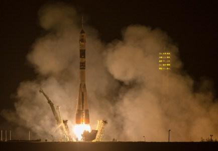 201409260004HQ Lanzamiento del cohete con la nave Soyuz TMA-14M desde el cosmódromo de Baikonur en Kazajstán el Viernes, 26 de septiembre 2014, la Expedición 41 de la Soyuz conformada por el Comandante Alexander Samokutyaev de la Agencia Espacial Federal Rusa (Roscosmos), la ingeniero de vuelo Elena Serova de Roscosmos, y el ingeniero de vuelo Barry Wilmore de la NASA, entrarán en órbita para comenzar su misión de 5 meses y medio en la Estación Espacial Internacional. Crédito de la imagen: NASA/Aubrey Gemignani.