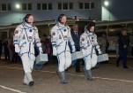 201409250043HQ La Expedición 41 conformada por el ingeniero de vuelo Barry Wilmore de la NASA, a la izquierda, el Comandante de la Soyuz Alexander Samokutyaev de la Agencia Espacial Federal Rusa (Roscosmos), centro, y la ingeniero de vuelo Elena Serova de Roscosmos, la derecha, en las cercanias del edificio No 254 de camino a la plataforma. Crédito de imagen: NASA/Victor Zelentsov.