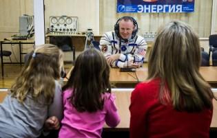 201409250042HQ El ingeniero de vuelo Barry Wilmore de NASA habla con su familia después de que la presión de su traje ruso Sokol ha sido comprobada en preparación para su lanzamiento a bordo de la nave espacial Soyuz TMA-14M en Jueves, 25 de septiembre 2014 en el Cosmódromo de Baikonur en Kazajstán. Crédito de la imagen: NASA/Victor Zelentsov.
