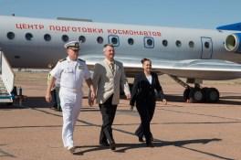 JSC2014-E-080365 (12 de septiembre de 2014) --- Expedición 41, el ingeniero de Vuelo Barry Wilmore de la NASA (Izquierda), comandante de la Soyuz Alexander Samokutyaev de la Agencia Espacial Federal Rusa (Roscosmos, centro) y la ingeniero de Vuelo Elena Serova de Roscosmos (la Derecha) bajan de un avión proveniente del Centro de Entrenamiento de Cosmonautas Gagarin para llegar al lugar de LANZAMIENTO en el cosmódromo de Baikonur en Kazajstán, 12 de septiembre. Para La Capacitación previa al último LANZAMIENTO. Crédito de la imagen: NASA/Victor Zelentsov.